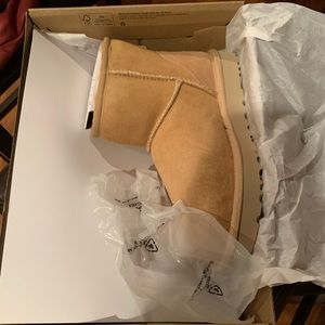AUTHENTIC New Uggs in box. Women's size 7.